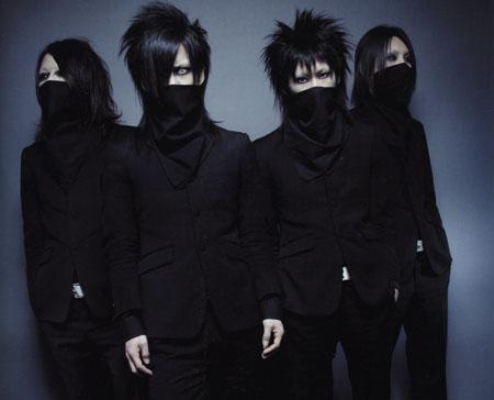 Banda continua com a campanha de lançamentos de três singles consecutivos.