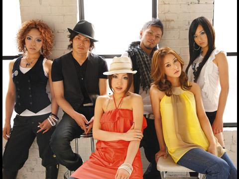 Foto com os seis integrantes reunidos